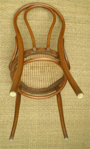 chaise thonet en bois cintr clair et assise cann e. Black Bedroom Furniture Sets. Home Design Ideas