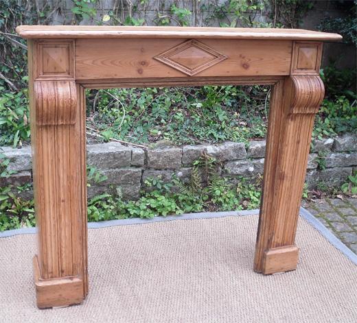 belle boiserie ancienne pour un encadrement de chemin e en pin naturel. Black Bedroom Furniture Sets. Home Design Ideas